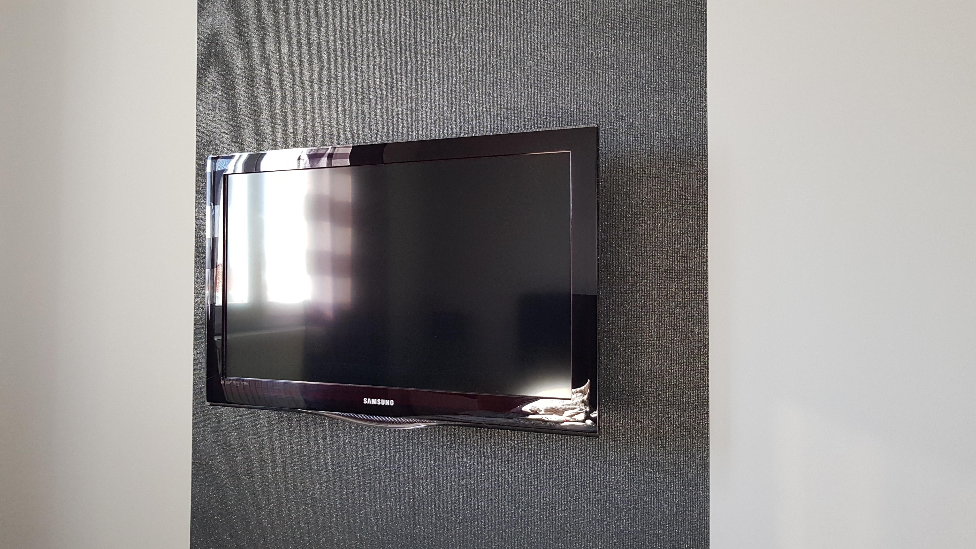 La TV dans ma chambre : sans câble apparent, sans meuble et connectée à un Raspberry Pi