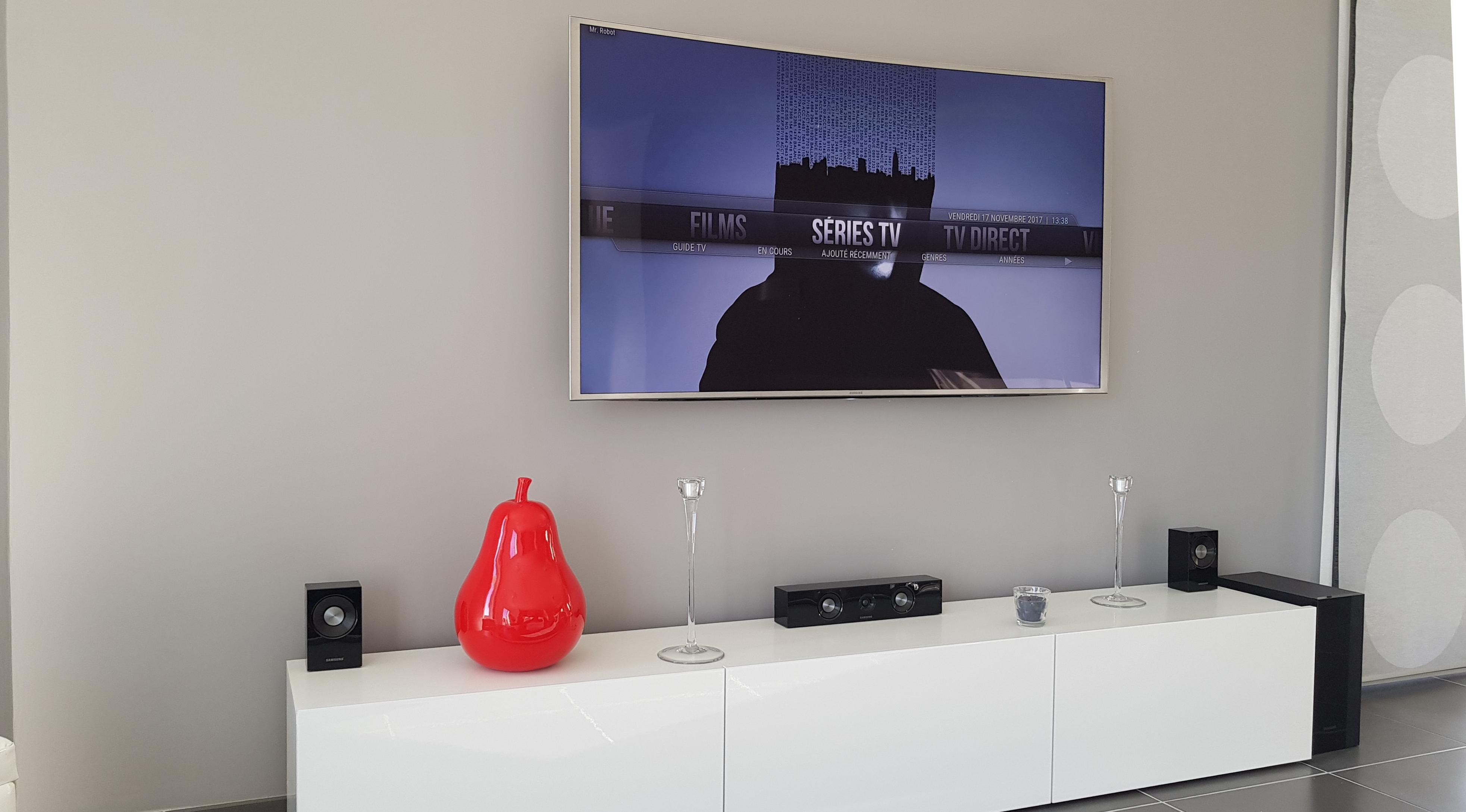 La TV dans mon salon : sans câble apparent, les éléments sont déportés dans le meuble TV